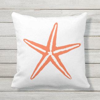 Almohada anaranjada y blanca coralina de las estre