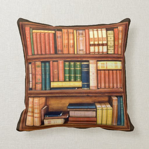 Almohada antigua del estante de la biblioteca de l