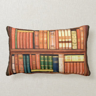 Almohada antigua del Lumbar del estante de la bibl