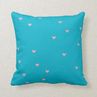 Almohada asperjada del azul de los corazones