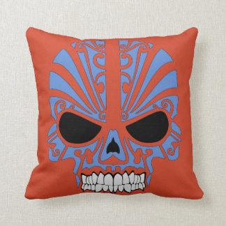 Almohada azul anaranjada del cráneo estilizado del