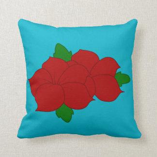 Almohada azul con las flores rojas