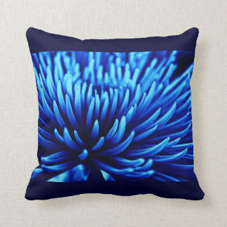 Almohada azul de la flor del crisantemo