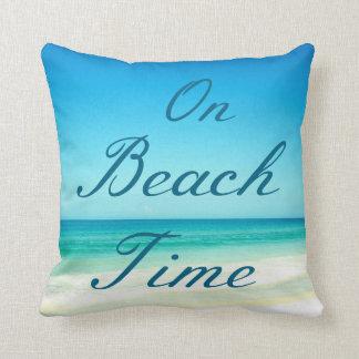 Almohada azul de la tipografía de la playa del