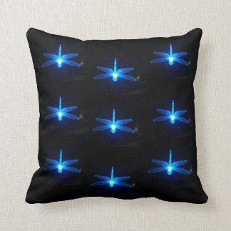 Almohada azul de las libélulas que brilla intensam