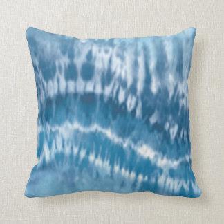 Almohada azul del reversible del teñido anudado