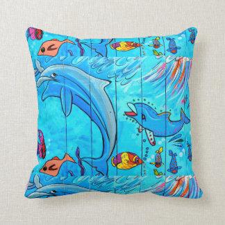 almohada azul subacuática de risa de los delfínes