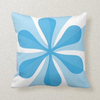 Almohada azul y blanca del estampado de plores