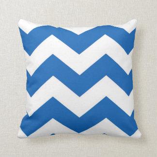 Almohada azul y blanca del modelo de Chevron