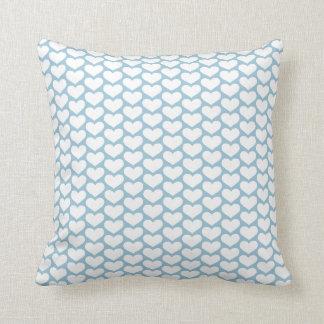 Almohada blanca azul del modelo de los corazones