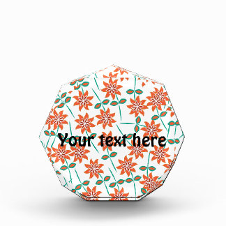 Almohada blanca con las flores rojas