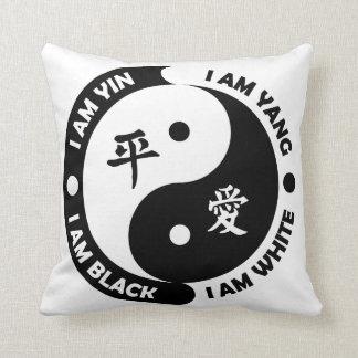 Almohada blanca de la paz del negro del amor