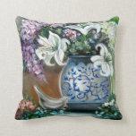 Almohada blanca de Lillies y de los Hydrangeas