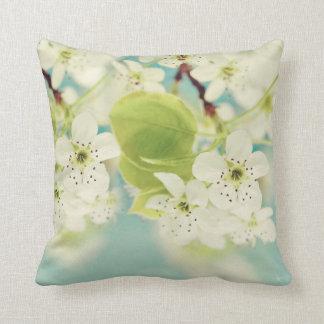 Almohada blanca del sofá del tiro de la flor de la