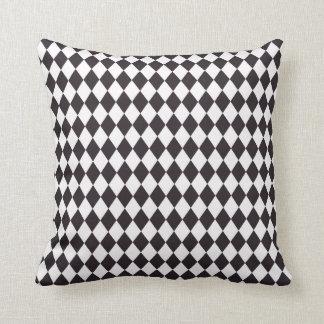 Almohada blanca negra del modelo de los diamantes