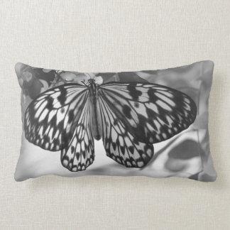 Almohada blanco y negro de la mariposa