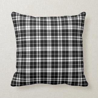 Almohada blanco y negro de la tela escocesa