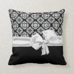 Almohada blanco y negro elegante del decorador