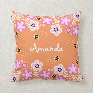 Almohada bonita de las flores y de las abejas