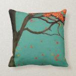 Almohada caida de la decoración de las hojas