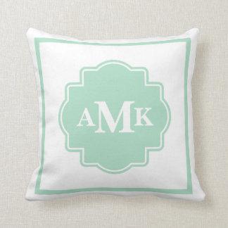 Almohada clásica del monograma de la verde menta y