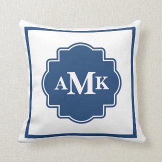 Almohada clásica del monograma de los azules marin
