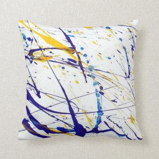 almohada coloreada de la salpicadura de la pintura