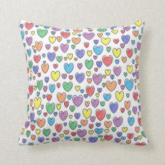 Almohada coloreada de los corazones