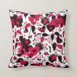 Almohada con diseño de los corazones quebrados