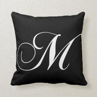 Almohada con monograma del diseñador blanco negro