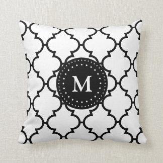 Almohada con monograma del modelo negro blanco de