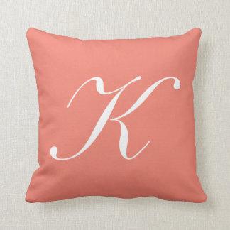 Almohada coralina del monograma de la letra K