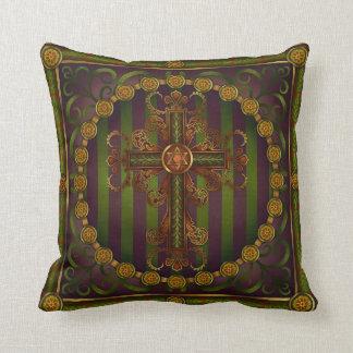 Almohada cruzada adornada de la mandala de Raquel