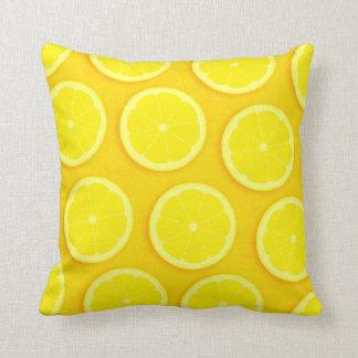 Almohada cuadrada amarilla gráfica de la rebanada