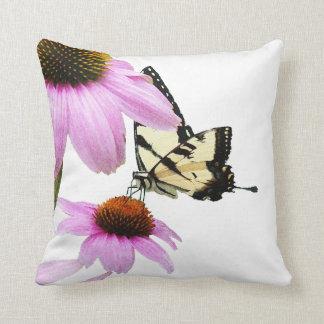 Almohada de Coneflowers de la mariposa