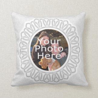Almohada de encaje blanca de la foto del marco