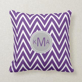 Almohada de encargo púrpura del monograma de Chevr