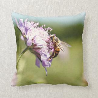 Almohada de la abeja ocupada