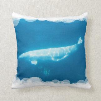 Almohada de la ballena de la beluga de la natación