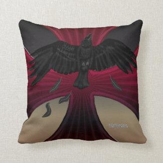 Almohada de la cruz del hierro del cuervo