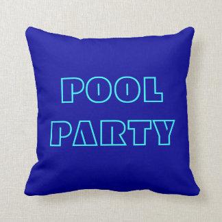 Almohada de la fiesta en la piscina