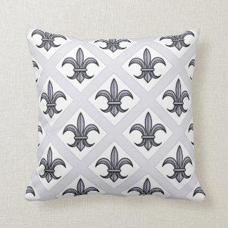 Almohada de la flor de lis (plata)