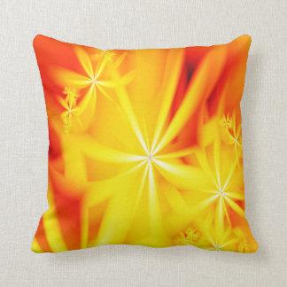 Almohada de la flor del amarillo anaranjado del fr