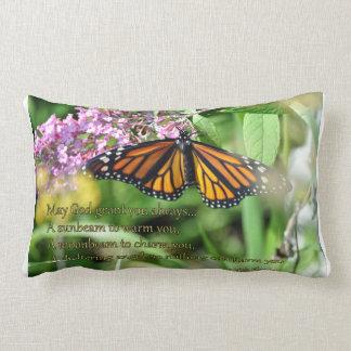 Almohada de la mariposa de monarca con la bendició