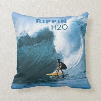 Almohada de la persona que practica surf