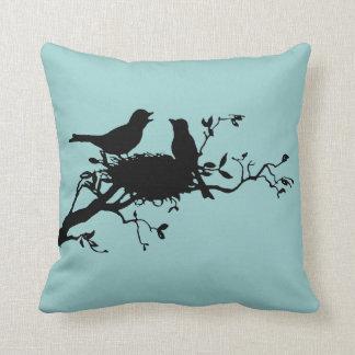 Almohada de la silueta de los pájaros de la