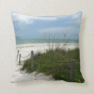 Almohada de la trayectoria de la playa de la isla