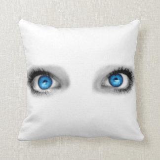 Almohada de los ojos que miran fijamente
