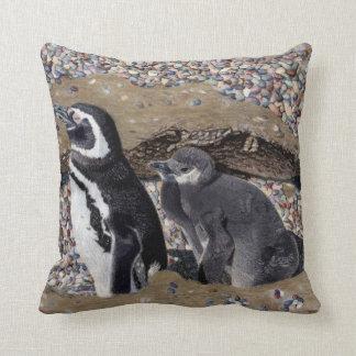 Almohada de los pingüinos de la madre y del bebé