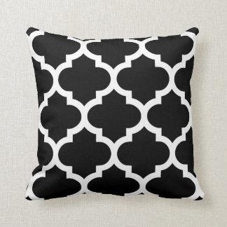 Almohada de Quatrefoil en blanco y negro